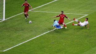 Eduardo Vargas faz o gol que abriu o marcador para o Chile.