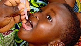 Criança sendo vacinada contra a poliomielite, ou paralísia infantil, doença declarada oficialmente erradicada em África pela OMS a 25 de Agosto de 2020.