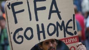 O receio de enfrentar movimentos de contestação de massa, como os que aconteceram no Brasil em 2013-2014,  é uma das razões da falta de interesse de muitos países na realização dos próximos Mundiais.