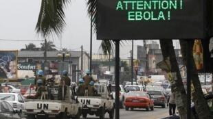 Абиджан: объявление на дороге  с призывом бороться против вируса Эбола, 14 августа 2014 года.