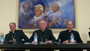 O cardeal  Sean Brady (no centro), chefe da Igreja irlandesa, durante coletiva de imprensa no Vaticano, em 2010.