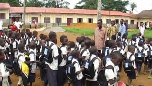 Des écoliers dans une cour scolaire à Matadi en République démocratique du Congo.