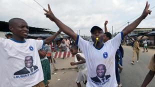 Les partisans de Laurent Gbagbo manifestent leur joie à Abidjan après l'acquittement de l'ex-président ivoirien, le 15 janvier 2019.