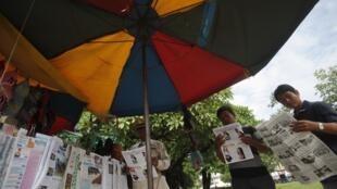 Lecture de la presse à Phnom Penh. L'opposition conteste la victoire du parti du Premier ministre Hun Sen.