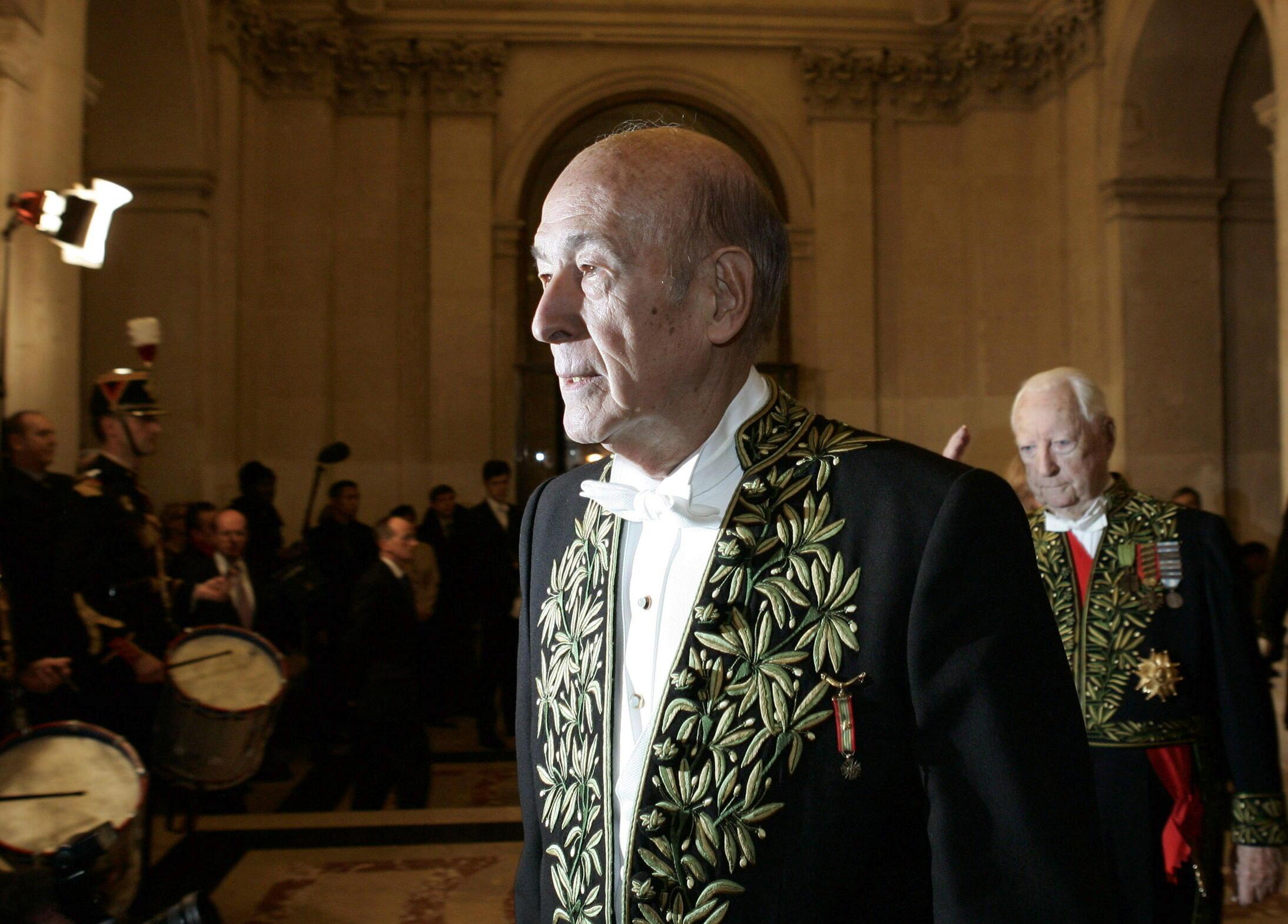 Валери Жискар д'Эстен в мундире члена Французской академии. 16 декабря 2004