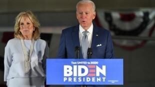 Joe Biden, mgombea wa chama cha Democratic katika kura za mchujo, na mkewe Jill Biden, huko Philadelphia Machi 10, 2020.