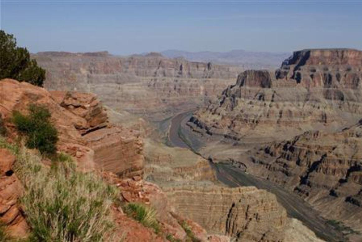 Image d'archive: The Colorado River flows through the Grand Canyon on the Hualapai Indian Reservation near Peach Springs, Arizona aux Etats-Unis. 存档图片:气势壮观的美国大峡谷