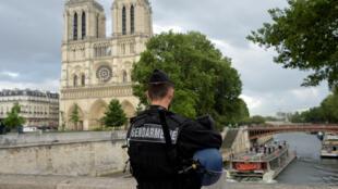 Gendarme perto da Catedral de Notre-Dame, junto da qual um polícia foi agredido hoje.