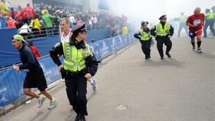 Policiais correm após as explosões em Boston.
