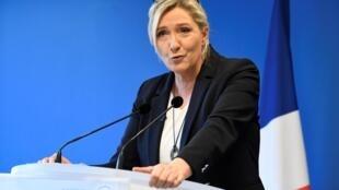 Marine Le Pen, présidente du parti d'extrême droite français, le Rassemblement National (RN), adresse ses voeux de nouvel an à la presse le 16 janvier 2020 au siège du parti à Nanterre, près de Paris.
