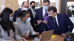 Во время поездки в парижский пригород Сен-Сен-Дени, глава государства, отвечая на вопрос подростка, указал, что необходимо «продержаться» еще «четыре-шесть недель».