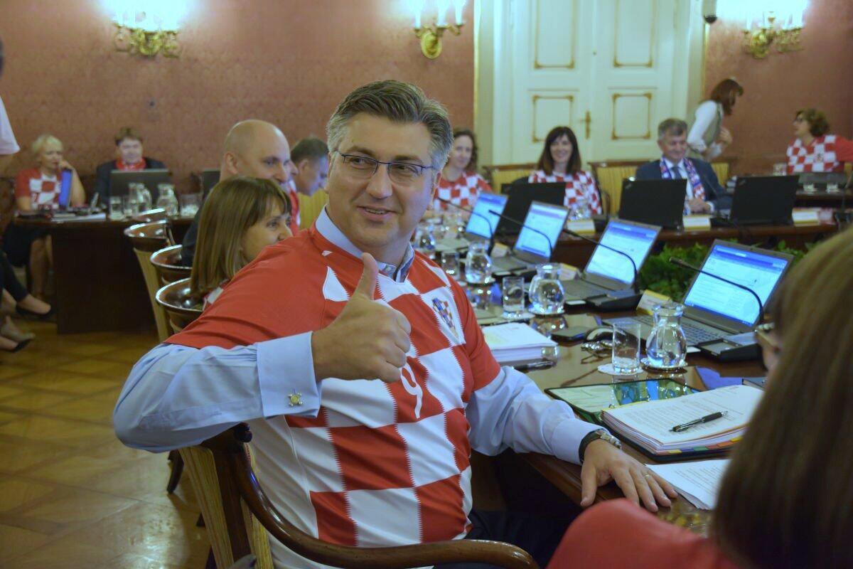 O primeiro-ministro croata, Andrej Plenkovic, se reuniu com sua equipe de governo e todos estavam vetidos com a camisa da seleção.