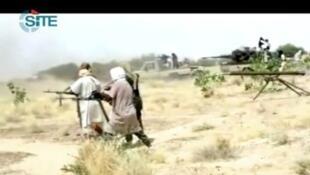 Capture d'écran d'une vidéo postée, le 9 janvier 2013, sur des forums jihadistes, montrant des combattants d'Aqmi dans le nord du Mali.