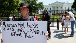 تجمع معترضان به تصمیم ترامپ، مقابل کاخ سفید