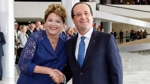 A presidente Dilma Rousseff na cerimônia oficial de chegada do presidente da República francesa, François Hollande. (Brasília - DF, 12/12/2013)