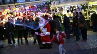Consumidores espanhóis nas compras de Natal em um mercado na Plaza Mayor, centro de Madri, em foto de 10 de dezembro de 2014.