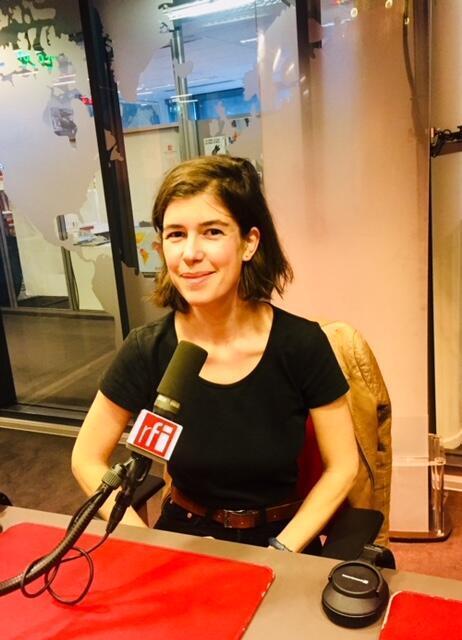 Mathilde Chapuis en studio à RFI (octobre 2019).