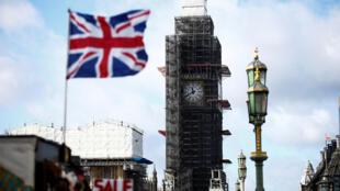 L'Union Jack flotte au vent devant Big Ben en travaux, à Londres, le 7 février 2019.