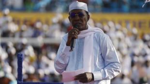 El presidente Idriss Deby Itno se dirige a sus simpatizantes durante un mitin de las últimas elecciones chadianas, el 9 de abril de 2021 en Yamena