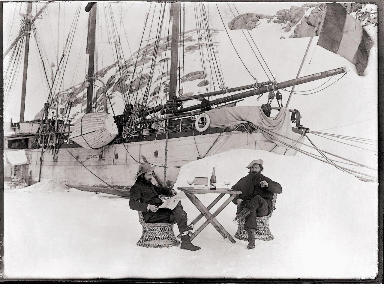 """Ernest Gourdon y Paul Pléneau posando frente al """"Français"""" el 15 de julio de 1904 y degustando una botella de champaña Mumm."""