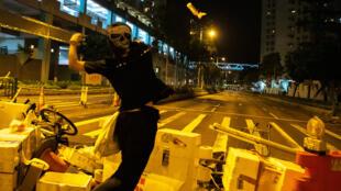 香港街头反送中抗争者扔燃烧瓶,2019年10月13号