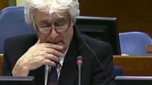 Capture d'écran de la télévision du Tribunal pénal international de la Haye, montrant l'ancien chef politique des Serbes de Bosnie, Radovan Karadzic, le 13 avril 2010.
