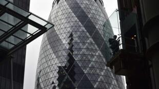 O icônico edifício The Gherkin, no número 30 da St Mary Axe, em Londres.