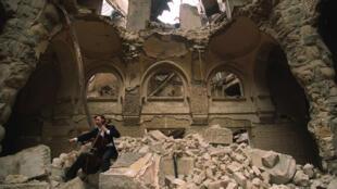 Vedran Smailović, violoncelliste de l'opéra de Sarajevo, jouant dans les ruines de la Bibliothèque Nationale, en 1992.