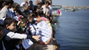 Des écoliers de Gaza rendent hommage aux disparus palestiniens d'un naufrage au large de Lampedusa, le mercredi 23 octobre 2013.