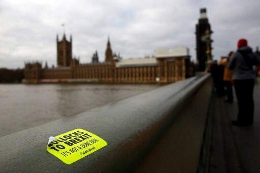 Khẩu hiệu chống Brexit trên giấy dán trên cầu Westminster, Luân Đôn. Ảnh ngày 02/01/2019.