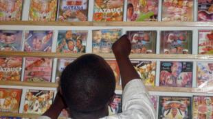 Wani shagon saida fina-finan Hausa a Najeriya.
