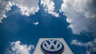 Una imagen del logotipo de Volkswagen tomada el 28 de julio de 2018 en la fábrica de Bratislava, la capital eslovaca