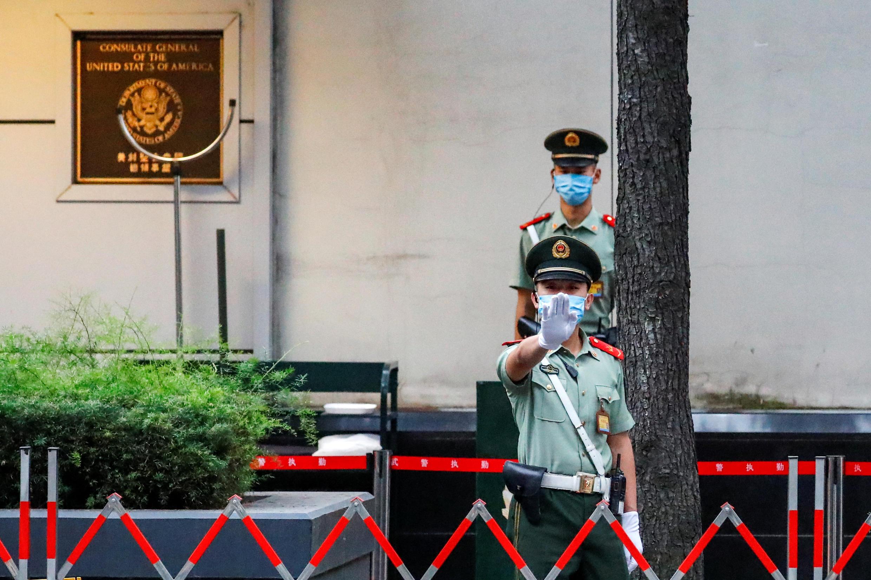 Canh chừng cẩn mật trước lãnh sự quán Mỹ ở Thành Đô. Ảnh ngày 25/07/2020.