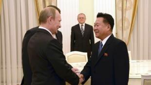 L'émissaire nord-coréen Choe Ryong Hae (D) a rencontré le président russe Vladimir Poutine à Moscou.
