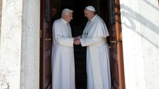 Le pape Benoît XVI (à gauche) et le pape François au Vatican,  le 2 mai 2013.