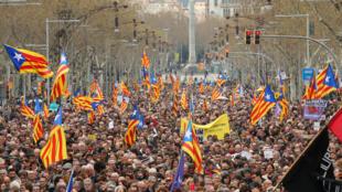 数万名支持独立的民众在巴塞罗那游行,声援被捕的独立领袖普伊格蒙特。