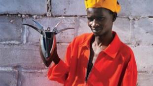 Portrait de Ndary Lo en combinaison de pagne tissé, création Claire Kane