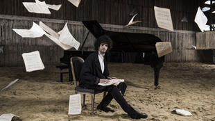 O pianista Simon Ghraichy em foto de moda para a loja de luxo parisiense L'Eclaireur