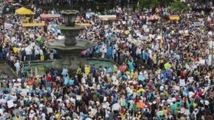 Miles de personas protestan el 16 de mayo en Guatemala para exigir la renuncia del presidente Otto Pérez y el fin de la corrupción.