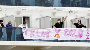 Du khách Mỹ trên tầu Diamond Princess đang bị cách ly ở cảng Yokohama, Nhật Bản, ngày 14/02/2020.