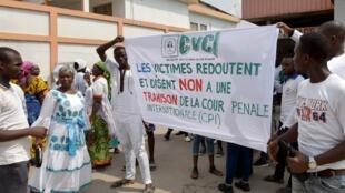 Des victimes de la crise postélectorale de 2011 en Côte d'Ivoire manifestent à Abidjan le 14 janvier 2019.