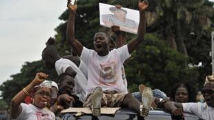 Défilé de partisans d'un candidat aux élections municipales, lors de la campagne, à Abidjan, le 19 avril 2013.