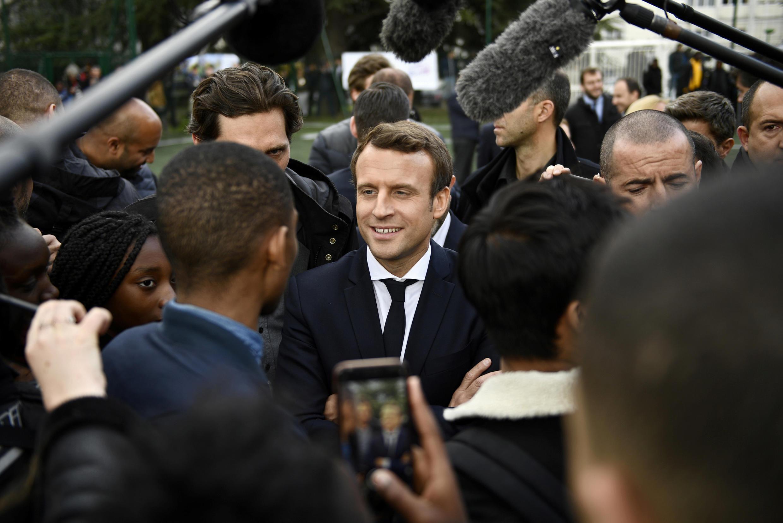 Ứng viên Emmanuel Macron (G), vận động thanh niên ở Sarcelles, ngoại ô Paris. Ảnh 27/04/2017.
