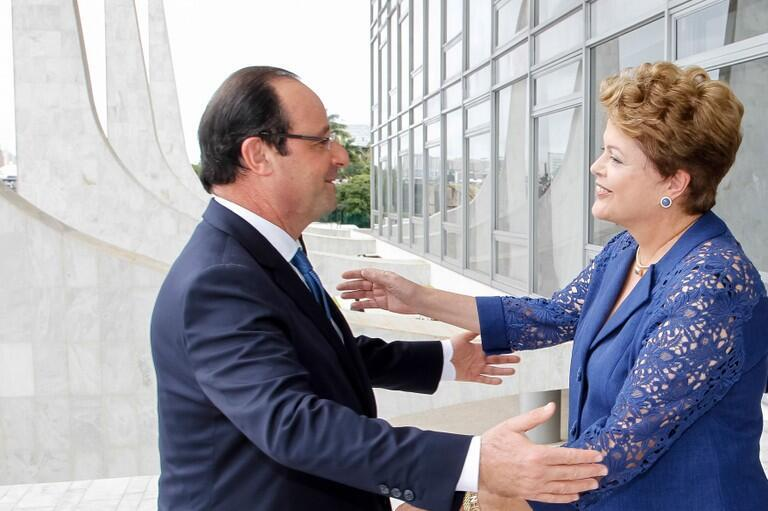 Brazilian President Dilma Rousseff (R)  with France's François Hollande