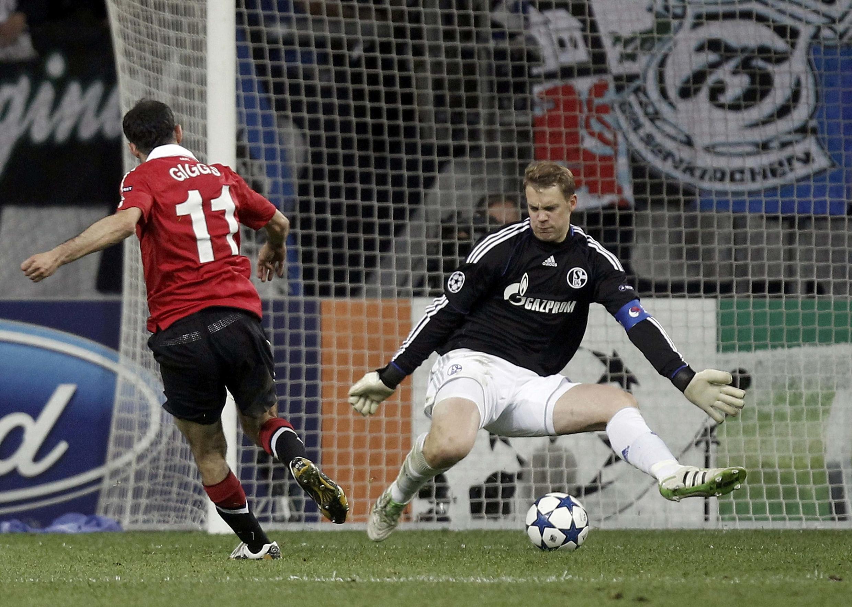Mshambuliaji wa Man U, Rayn Giggs akifunga moja ya goli wakati timu yake ilipocheza na Schakle 04 ya ujerumani.