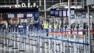 Guichets d'embarquement à l'aéroport d'Orly près de Paris, le 24 juin 2020.