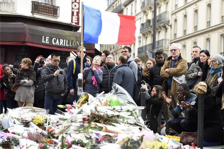 Homenagens em frente ao restaurante Le Carillon, alvo de ataques terroristas.