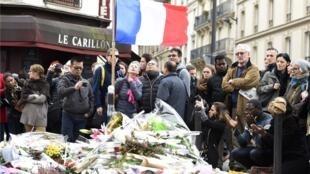 Midi, le lundi 16 novembre devant le bar Le Carillon, dans le Xe arrondissement de Paris. Le silence règne, comme partout en France, en hommage aux 129 victimes du terrorisme des attentats du vendredi 13 novembre.