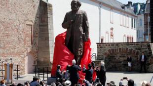 中國藝術家創作的一尊卡爾馬克思雕像2018年5月4日在馬克思故鄉特里爾揭幕。