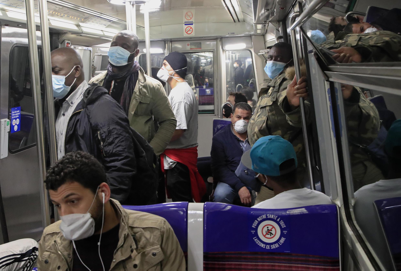 Metro de París con mascarilla obligatoria